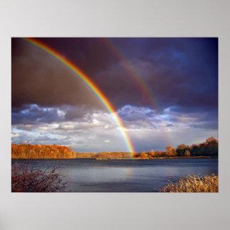 El doble arquea los arco iris sobre el lago póster