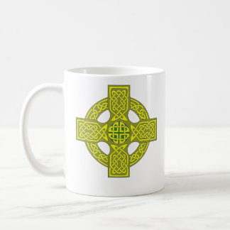 El doble echó a un lado taza de la cruz céltica,