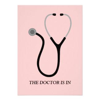 El doctor de la fiesta de graduación rosada del MD Invitacion Personalizada