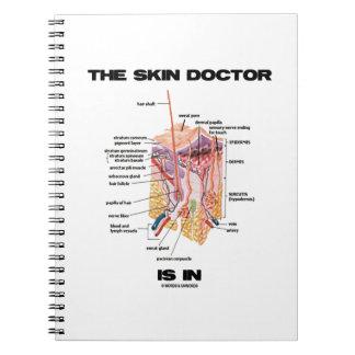 El doctor de piel está en (la dermatología de la a libreta