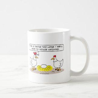 el doctor del pollo induce el huevo para incubar taza