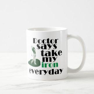 El doctor dice el hierro 2 de la toma taza básica blanca