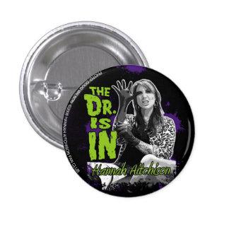 ¡El doctor está ADENTRO! Botón - Hannah Aitchison Pin Redondo De 1 Pulgada