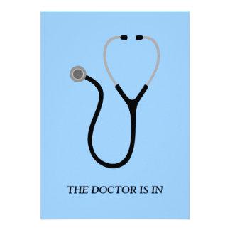 El doctor fiesta de graduación invita invitacion personalizada