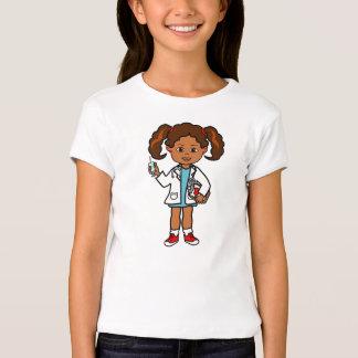 El doctor Girl del dibujo animado con la aguja y Playera