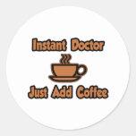 El doctor inmediato… apenas añade el café etiqueta redonda