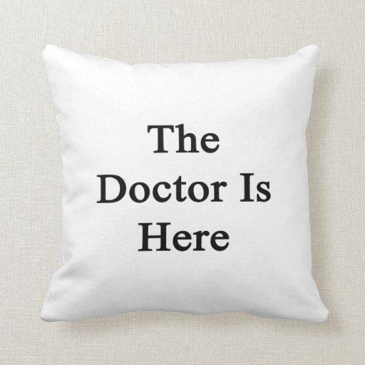 El doctor Is Here Cojin