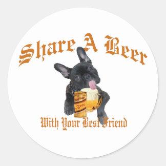El dogo francés comparte una cerveza pegatina redonda