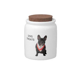 El dogo francés, persigue la foto linda, perro tra platos para caramelos