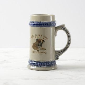 El dogo inglés necesita más entrenamiento jarra de cerveza