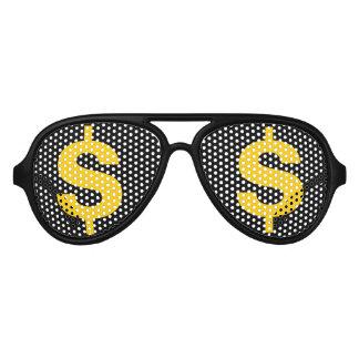 El dólar del dinero firma adentro las sombras del lentes de sol