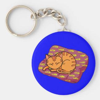 El dormir anaranjado lindo del gato llavero redondo tipo pin