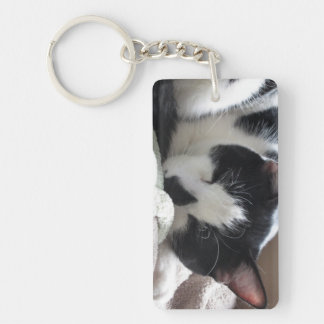 El dormir blanco y negro del gato llavero rectangular acrílico a una cara