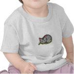 El dormir gris lindo del gato camisetas