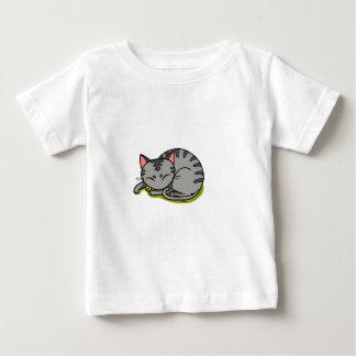 El dormir gris lindo del gato remera