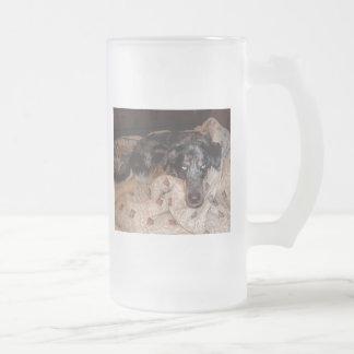 El dormitar del perro del leopardo de Catahoula Tazas De Café