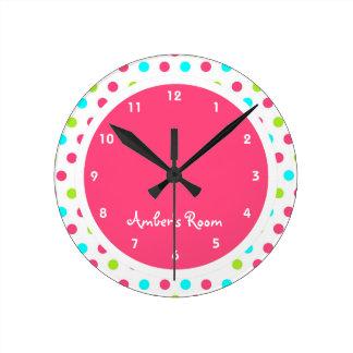 El dormitorio del niño colorido del lunar reloj redondo mediano