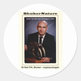 El Dr. Karl Shuker y cráneo de Smilodon - Pegatina Redonda