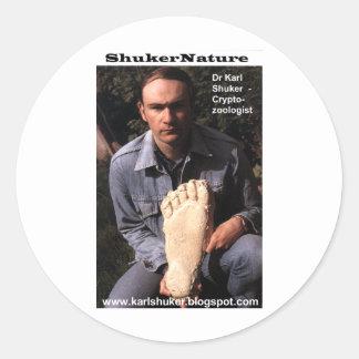 El Dr. Karl Shuker y la impresión de Bigfoot Pegatina Redonda