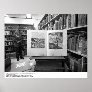 El Dr. M. Voigt con la colección de Blake, UCSD, 1 Impresiones