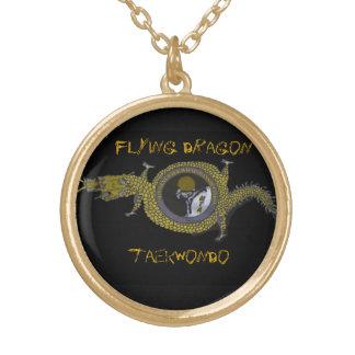 El dragón de vuelo Tae Kwon hace el oro pendiente