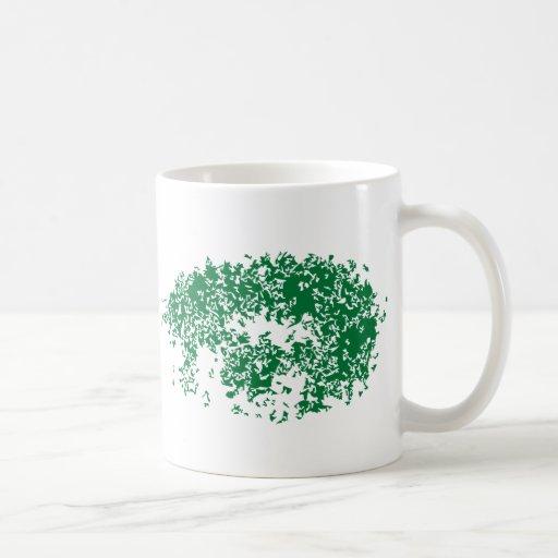 El dragón observa en verde taza básica blanca