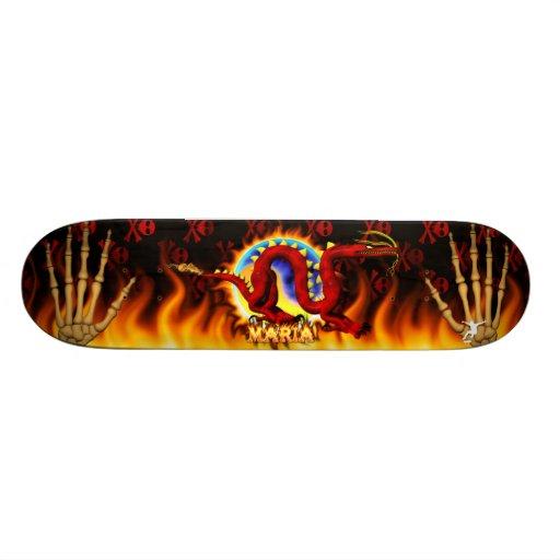 El dragón rojo con su nme en llamas diseña monopatin personalizado
