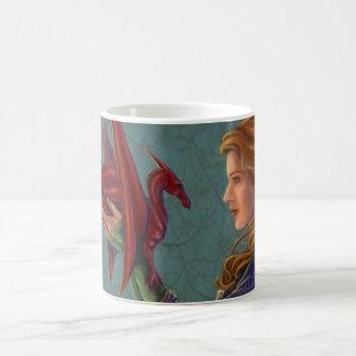 El dragón rojo joven taza de café