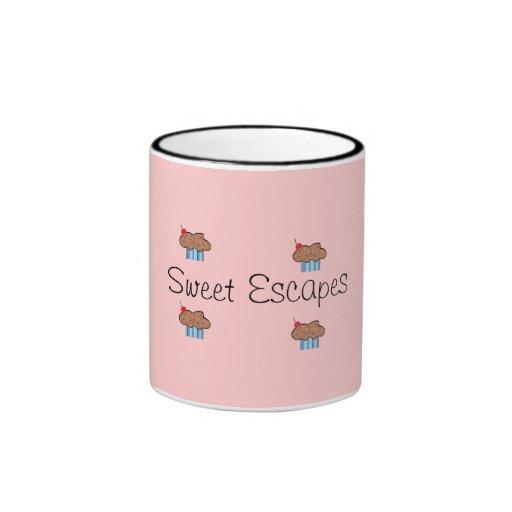El dulce escapa la taza de café