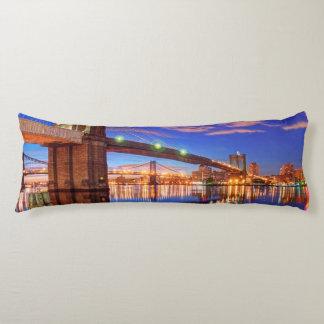El East River, puente de Brooklyn, Manhattan Almohada