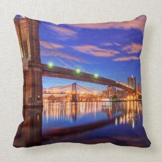 El East River, puente de Brooklyn, Manhattan Cojín