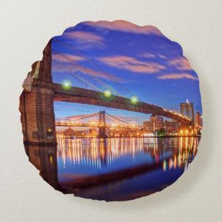 El East River, puente de Brooklyn, Manhattan Cojín Redondo