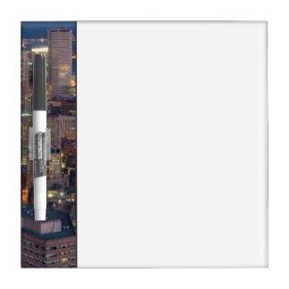 El edificio de Boston con la luz se arrastra en el Tableros Blancos