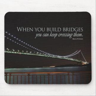 El edificio tiende un puente sobre Mousepad de