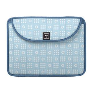 El edredón azul claro ajusta las flores y ajusta P Fundas Macbook Pro