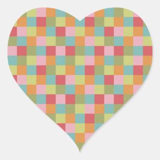 El edredón coloreado multi de las tejas ajusta la pegatina en forma de corazón