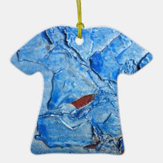 El efecto acodado de la pintura envejeció adorno de cerámica en forma de playera
