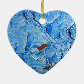 El efecto acodado de la pintura envejeció adorno de cerámica en forma de corazón