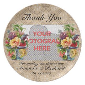 El efecto grabado en relieve floral del vintage le platos para fiestas