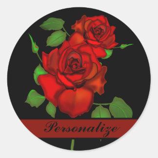 El ejemplo rojo color de rosa personaliza pegatina redonda