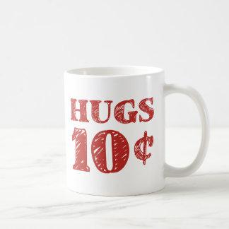 El el día de San Valentín abraza 10 centavos Taza Clásica