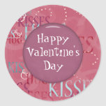 El el día de San Valentín abraza y besa a los Etiquetas Redondas