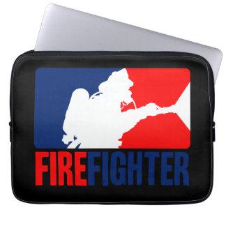 El el rojo vibrante del bombero y azul mangas computadora