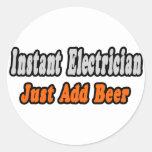 El electricista inmediato… apenas añade la cerveza pegatina redonda