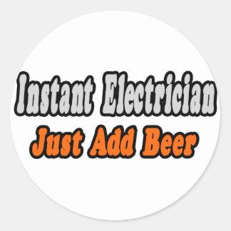 El electricista inmediato… apenas añade la cerveza pegatina