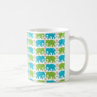 El elefante abraza la taza de café