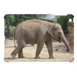 El elefante asiático camina en el caso del iPad de
