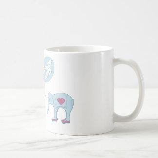 El elefante calza la taza