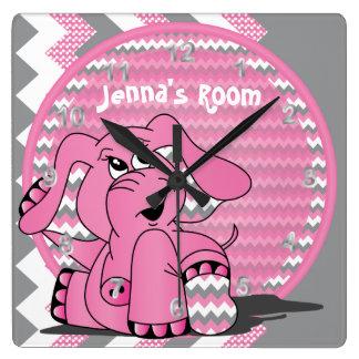 El elefante rosado divertido embroma el reloj