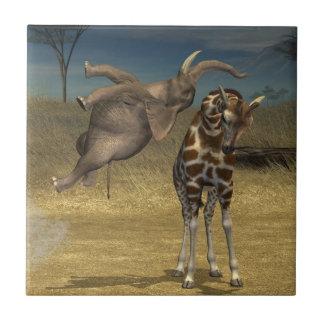El elefante salta sobre jirafa azulejo cuadrado pequeño